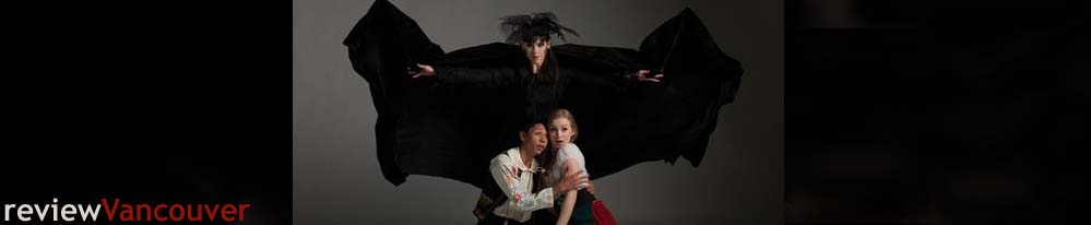 Gabriel Ritzmann as the Gingerbread Witch, Marcio Texeira as Hansel, and Ellie Bishop as Gretel. Foto: David Cooper
